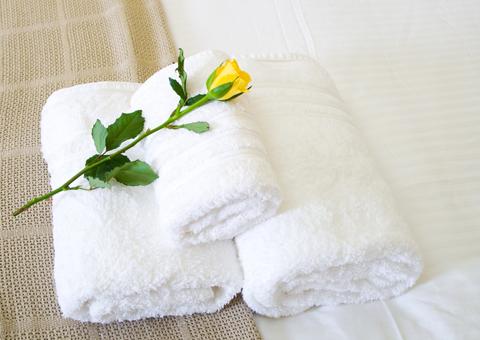 3 white hotel bath towels